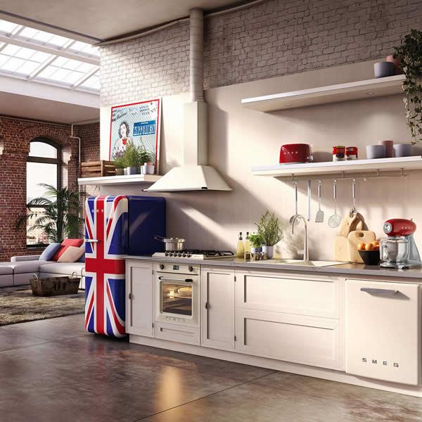 Frigorifero e Bandiera Inglese Ambiente Cucina